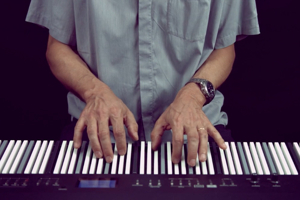 Electric Keyboard Claims To Make It Easy To Learn The Piano