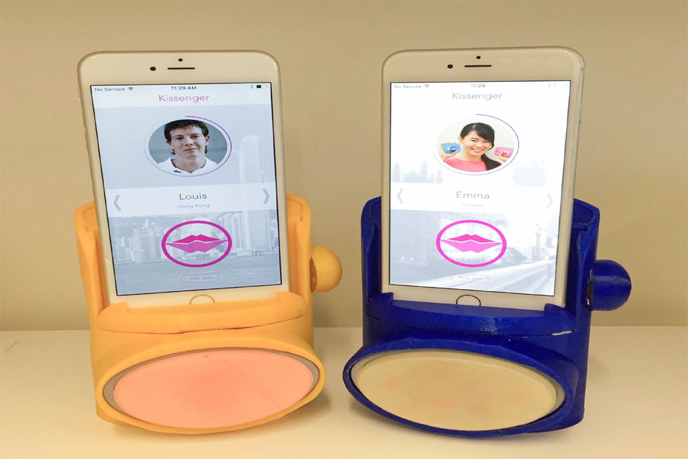 Robot Phone Device Transmits Feelings To Your Loved Ones