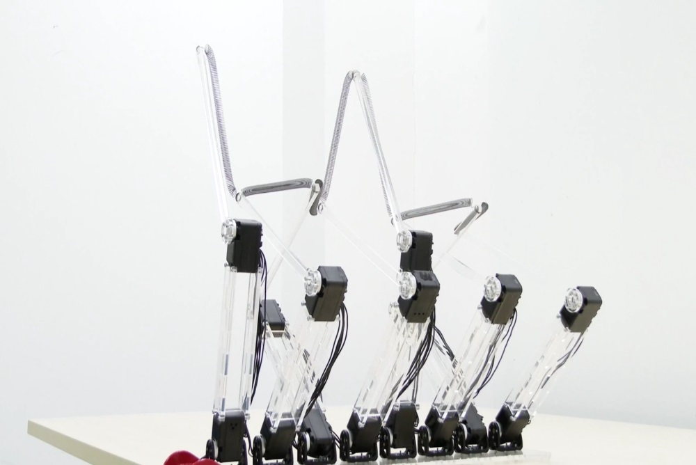 Robot Uses Motion To Present Numbers And Letters In A Unique Way