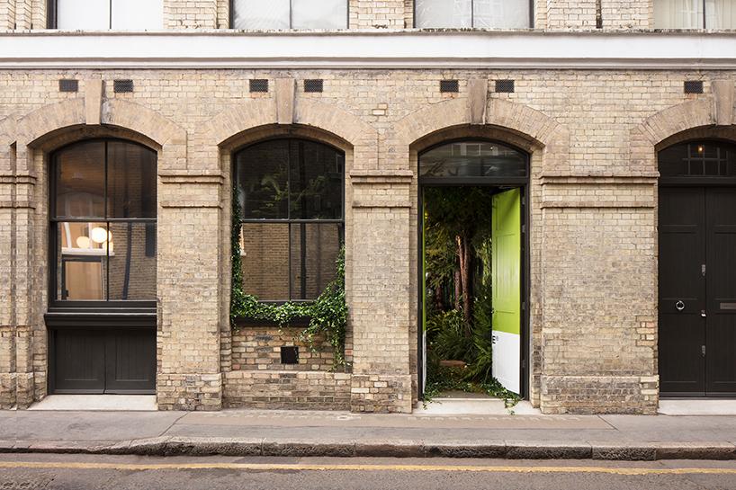 airbnb-pantone-outside-in-house-greenery-london-designboom-02.jpg