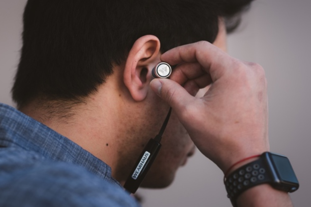 Social Earbuds Can Share Music Among Gym Buddies